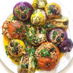 From zucchini to onion. ✨ Incredible dish by Find the complete recipe on her website. Easy Salad Recipes, Easy Salads, Easy Healthy Dinners, Vegan Dinners, Vegan Recipes, Vegan Food, Dessert Recipes, Gemista Recipe, Vegan Greek