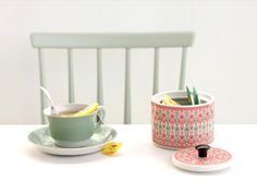 tea cup with sugar bowl - Sirkus Purkki Vaja Finland. Architecture Parisienne, Lipton, Blog Deco, Ceramic Design, Simple Pleasures, Tea Light Holder, Decoration, Finland, Cookies Et Biscuits