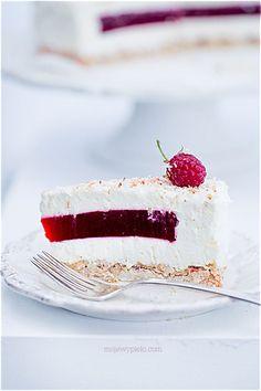 Mousse meringuée coco et insert de gelée de framboises sur fond macaron coco et corn flakes croustillants au chocolat blanc - Coconut meringue cake with raspberry jelly