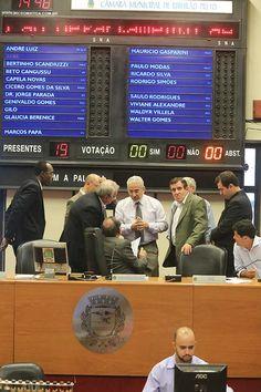 Vereadores conversam durante sessão ordinária realizada na Câmara de Ribeirão Preto
