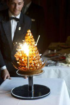 Bolo dos noivos inspirado em Paris. #casamento #bolodosnoivos #profiteroles #croquembouche #Paris