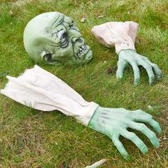 Halloween Lawn Zombie yard decorations. DIY Halloween Decorations For Outdoor And Home Decor. Explore these DIY decoration and Halloween Ideas for 2019! #halloween #halloweendecorations #outdoordecor #Zombie Halloween Zombie, Halloween Mono, Cute Halloween Costumes, Outdoor Halloween, Halloween Lawn, Happy Halloween, Couple Halloween, Halloween Pizza, Disneyland Halloween