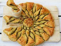Pour l'apéritif ou l'entrée, laissez-vous tenter par cette tarte soleil au pesto et aux pignons qui fera à coup sûr son petit effet auprès de vos invités....