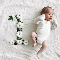 51 New Ideas Baby Bath Photography Kiss One Month Old Baby, Baby Month By Month, Newborn Pictures, Baby Pictures, Monthly Baby Photos, Monthly Pictures, Foto Baby, Baby Poses, Everything Baby