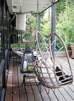 Hardhouten terras met hanging chairs, heerlijke plek om te relaxen