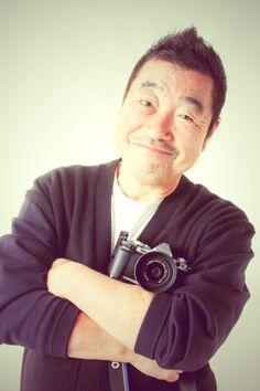 ゲスト◇山岸伸(Shin Yamagishi)1950年生まれ。俳優・アイドル・スポーツ選手・政治家などのポートレート撮影が中心。グラビア、雑誌、写真集、広告等幅広く活躍。写真集出版は350冊を超える。北海道遺産であるばんえい競馬を撮り続け、写真展・写真集を出版。帯広市観光大使に任命されている(現在、とかち観光大使)。写真展『瞬間の顔』は、2007年よりスタートし、今回で7回目を迎える。また、2009年3月23日に慢性骨髄性白血病と診断されたが、毎日、撮影していれば元気でい れると、現在も笑顔で治療中。(社)日本写真家協会 会員 とかち観光大使 特定非営利活動法人 ふるさとテレビ顧問。
