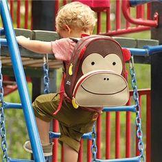 Motif animaux très colorés et sympathiques avec, au choix, le hibou, le singe ou bien la coccinelle, le sac à dos de la gamme Zoo de chez Skip Hop est spécialement conçu pour les petits.   Fabriqué avec des matériaux durables, ce sac à dos tient facilement toutes les fournitures scolaires de votre enfant d'âge dont il pourrait avoir besoin pour une journée de «travail».   Bien sûr, il peut également servir de sac à dos pour les sorties, les jeux...