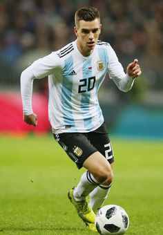 Giovani Lo Celso Photos - Giovani Lo Celso of Argentina in action during Russia and Argentina International friendly match at Luzhniki Stadium on November 2017 in Moscow, Russia. Best Football Players, National Football Teams, Football Jerseys, Argentina Football Team, Argentina National Team, International Football, Tottenham Hotspur, Soccer, Racing