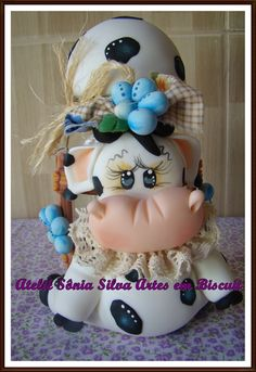 Pote decorado vaquinha Polymer Clay Creations, Polymer Clay Crafts, Cow Decor, Clay Jar, Cake Decorating With Fondant, Fondant Cake Toppers, Cute Cows, Cold Porcelain, Glass Jars