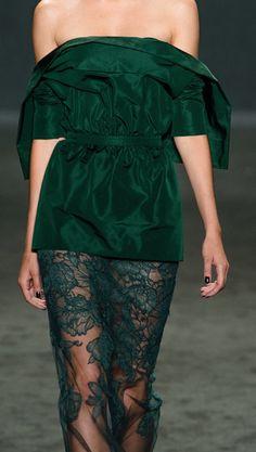 Striking green and lace Versace! Donatella Versace, Gianni Versace, Estilo Glamour, Alexander Mcqueen, Fashion Designer, Green Lace, Fashion Details, Couture Fashion, Sexy Dresses