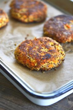 Quinoa Burger - Do Jeito H - Robby Keoghane Healthy Salmon Recipes, Vegetarian Recipes Easy, Gf Recipes, Veggie Recipes, Cooking Recipes, Quinoa Burgers, Foods With Gluten, Food Allergies, Going Vegan