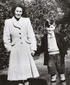 """Julia y John Lennon. La pérdida de su madre en un accidente (cuando Jonh tenia 17 años), le marcó profundamente y a ella le dedicó la preciosa canción del """"White Album"""" con su misma nombre..."""