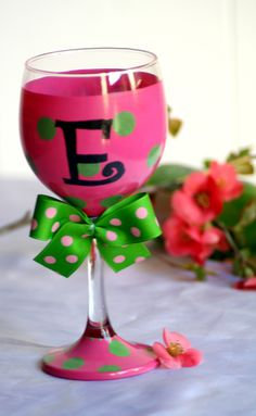 Put paper clips and binder clips in wine glasses and set on desk Wine Glass Crafts, Wine Bottle Crafts, Mason Jar Wine Glass, Decorated Wine Glasses, Hand Painted Wine Glasses, Wine Favors, Wine Bottle Glasses, Wine Glass Designs, Dog Treat Jar