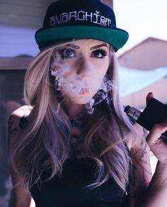 Vape Pictures, Smoke Pictures, Girl Pictures, Girl Photos, Women Smoking, Girl Smoking, Kool Savas, Raiders Girl, Vape Smoke