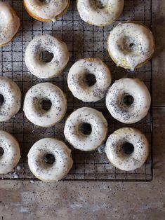 Doughnuts med sitron og valmuefrø  #doughnuts #donuts #sitron #valmuefrø #lemonpoppyseed #baking #recipes #oppskrifter Doughnuts, Cupcake Recipes, Bagel, Peanut Butter, Caramel, Muffins, Birthday Parties, Vanilla, Bread