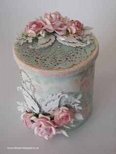 otra idea tambien adornarla con blondas o dolies y las florecitas / beautiful shabby jar