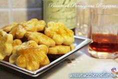 I biscotti al Parmigiano Reggiano sono deliziosi salatini da servire insieme all'aperitivo; sono velocissimi da preparare e non necessitano di cottura.