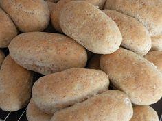 3 brød eller ca.45 rundstykker 1,5 liter melk eller vann 50 g gjær 12 ss olje eller smør 2 1/2 tsj salt 3 ss sukker 4-5 ss ses...
