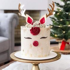 Isn't this the perfect Reindeer cake? Love the frosting texture and color! Christmas Decor Ideas - Happy Christmas - Noel 2020 ideas-Happy New Year-Christmas Christmas Birthday Cake, Christmas Cupcakes, Birthday Cake Girls, Christmas Desserts, Christmas Treats, Christmas Baking, Fondant Christmas Cake, Christmas Decor, Reindeer Cakes