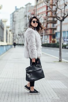 abrigo de pelo gris con bolso piper furla streetstyle
