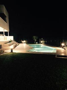 Una piscina bien iluminada