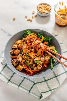 Knackige Karottennudeln, knusprig angebratener Tofu und eine würzige Erdnuss-Ingwer-Sauce - diese Karottennudel-Bowl ist schnell gemacht und schmeckt einfach nur super. Da verzichtet man doch gerne auf richtige Nudeln.
