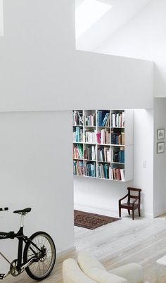 Hvide bogkasser + ægte tæppe + moderne arkitektur + montana + At-bo