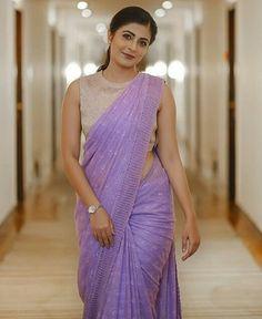 Beautiful Indian M del Set Saree, Trendy Sarees, Fancy Sarees, Kurti Designs Party Wear, Kurta Designs, Saree Blouse Neck Designs, Modern Saree, Stylish Blouse Design, Saree Trends