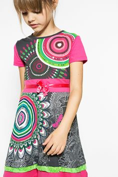 Short-sleeved black dress with a mandala print with a satin bow at the waist. Sequin details and glitter to sparkle this spring/summer. Discover Desigual Kids collection!