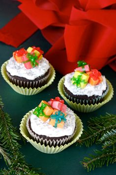 Christmas cupcakes with sweet little presents. Christmas Coffee, Christmas Sweets, Christmas Fun, Christmas Cookies, Xmas, Holiday Cupcakes, Yummy Cupcakes, Cupcake Cookies, Cupcake Wars