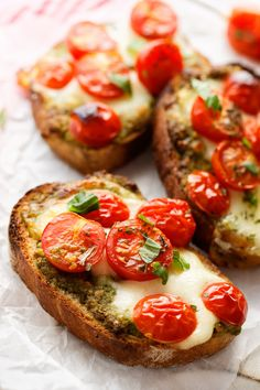 Treat yourself to these delicious bruschetta mozzarella tomatoes for the aperitif or with a good salad Bruschetta Tomate Mozzarella, Batch Cooking, Cooking Recipes, Bruchetta, Brunch, Vegetarian Recipes, Healthy Recipes, Italian Appetizers, Italian Recipes