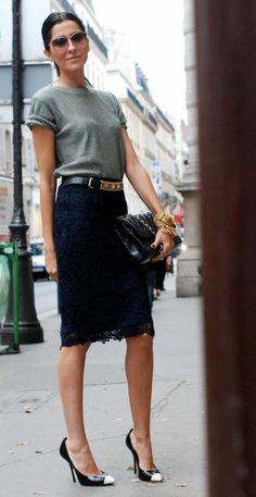 une femme élégante avec une jupe mi-longue en dentelle noire, femme avec lunettes