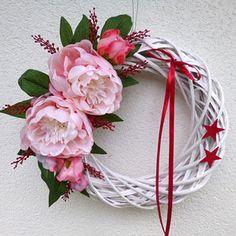 Pivoňky na sněhu Christmas Wreaths, Christmas Decorations, Grapevine Wreath, Grape Vines, Flowers, Home Decor, Christmas Swags, Homemade Home Decor, Holiday Burlap Wreath