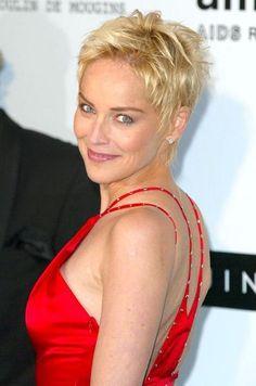 À l'amfAR en 2004 Short White Hair, Funky Short Hair, Edgy Hair, Short Hair Cuts, Short Hair Styles, Sharon Stone Short Hair, Sharon Stone Hairstyles, Pixie Hairstyles, Pixie Haircut