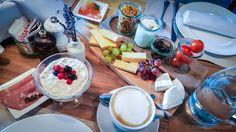 With a sunday brunch you start into the day in style. In the Cervo Mountain Resort in Zermatt you celebrate the brunch in an alpin chic design: Zermatt, Sunday Brunch, Boutique, Breakfast, Restaurants, Paradise, Mountain, Brunch Ideas, Eat Clean Breakfast