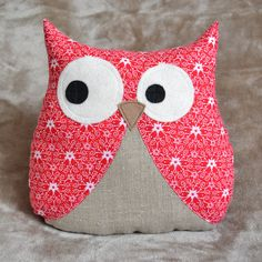 Coussin Hibou de noël en coton rouge blanc et lin Fabric Crafts, Sewing Crafts, Sewing Projects, Owl Crafts, Diy And Crafts, Owl Sewing Patterns, Flower Pillow, Creation Couture, Couture Sewing