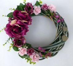 Wild+Roses+Velký+šedostříbrný proutěný+věnec+dozdobený+luxusními+látkovými+vínovými růžemi,+vínovými+čemeřicemi,+růžovými+kaméliemi,+šeříkovými+kvítky,+šedými+dřevěnými srdíčky a+drobnou+zelení.+Průměr+věnce+je 30+cm.+Rozzáří+každý+interiér.+Květy+jsou+k+nerozeznání+od+živých.+Abyste+měli+výzdobu+barevně+sladěnou,+připravila+jsem+pro...