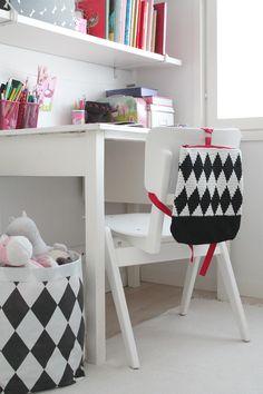'Salmiakki backbag' made with Novita Kaisla yarn #novitaknits #knitting #knit https://www.novitaknits.com/en
