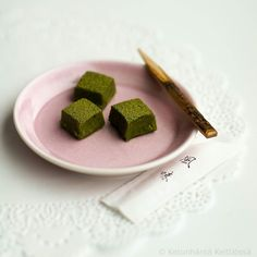 Christmas Calendar - Day 22:  Matcha Truffles. Last moment food present tip! Very quick and easy to make! These Christmas-green chocolates are full of delicious and healthy green tea! While with lots of chocolate!