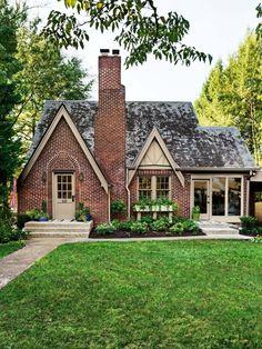 Copy the Curb Appeal: Knoxville, Tennessee Casa Estilo Tudor, Casas The Sims 4, Tudor Style Homes, Tudor House, Tudor Cottage, Cute House, Dream House Exterior, Cottage Homes, Brick Cottage