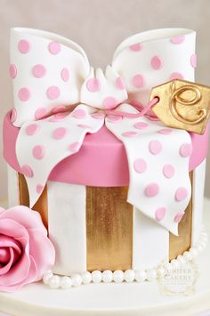 How to Make a Hat Box Cake With a Fondant Polka Dot Bow