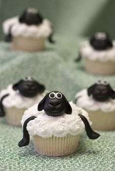 Sheep cupcakes.. tooo cute!! My daughter would love these