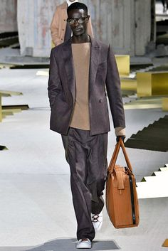 Relaxed suits are, of course, comfier and definitely a trend to try out. Mens Fashion Blog, Best Mens Fashion, Fashion Advice, Fashion News, Street Fashion, Men's Fashion, Men's Totes, Milan, Suit Jacket