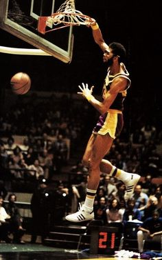 Kareem machaca el aro rival con la camiseta de los Lakers