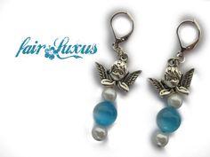 Wunderschöne, romantische Engelohrringe mit je einer großen hellblau-leuchtenden Cateye Perle, die im Licht besonders schön reflektiert, weißen Renais