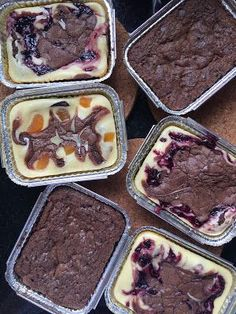 Brownie com cheesecake Dessert Packaging, Bakery Packaging, Homemade Biscuits From Scratch, Delicious Desserts, Yummy Food, Dessert Boxes, Zeina, Brownie Cupcakes, Peanut Butter Brownies