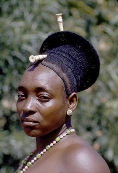 La coiffure et la tête allongée sont caractéristiques de cette tribu Traditional MANGBETU Hairstyle (Congo)