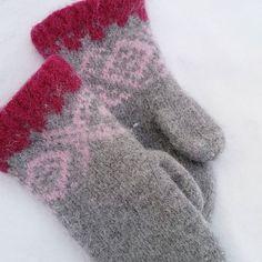 Jeg er i strikkemodus om dagen og er fortsat helt hektet på disse mariusvottene 💜#mariusvotter #mariusstrikk #strikkeglede #strikking #knitting #votter #mittens #julegaver #madebyme #DIY