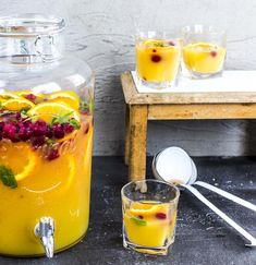 Pineapple punch quite exotic FOOD BOOM - How about a fruity exotic punch for the next celebration? Pineapple, passion fruit and orange provi - Easy Cocktails, Summer Cocktails, Cocktail Recipes, Korn, Smoothie Bowl, Smoothie Recipes, Smoothies, Easy Shot Recipes, Cocktails