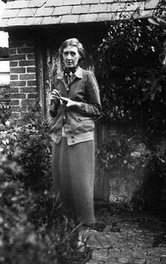 Virginia Woolf photographed by Vita Sackville-West at Rodmell in 1926. #virginiawoolf